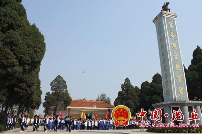 团县委组织青少年参加烈士陵园祭扫活动